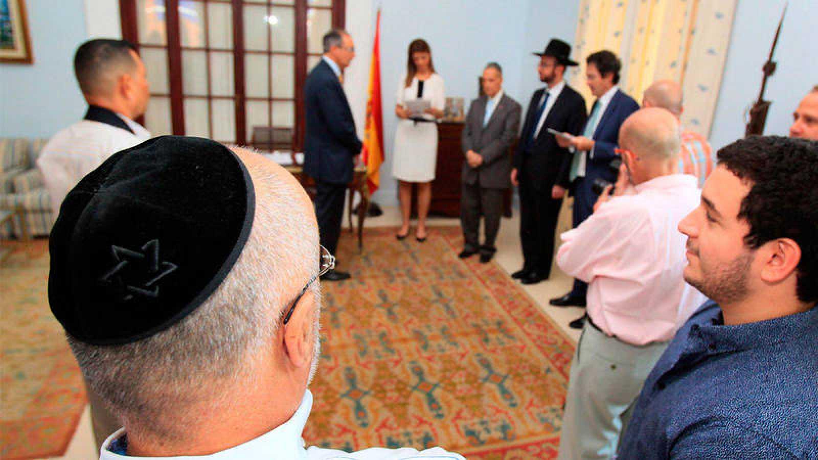 Imagen de archivo de 2016 en la que varios sefardíes participan en una ceremonia de nacionalización española en Panamá.