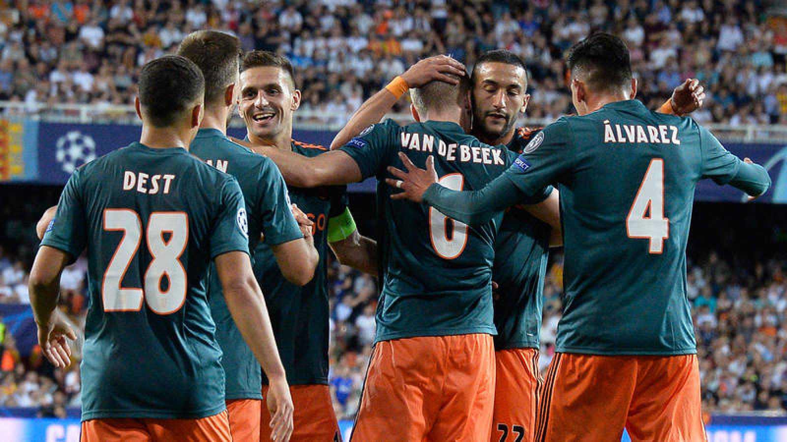 Los jugadores del Ajax celebra el triunfo en Mestalla.