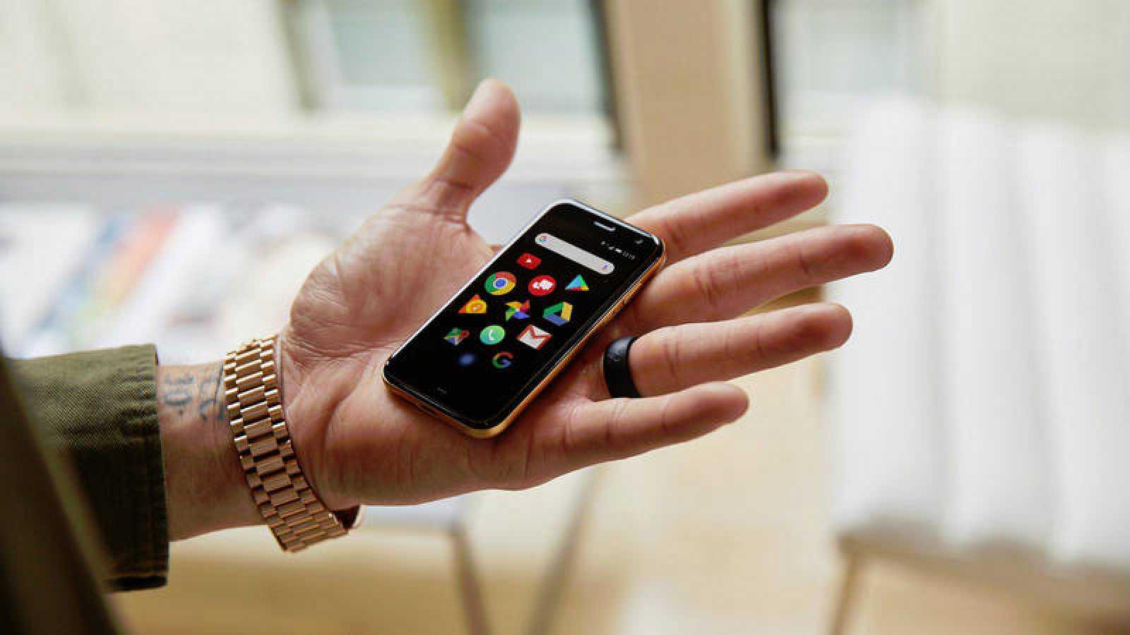 Palm Phone es poco más voluminoso que una tarjeta de crédito, con 62 gramos de peso.