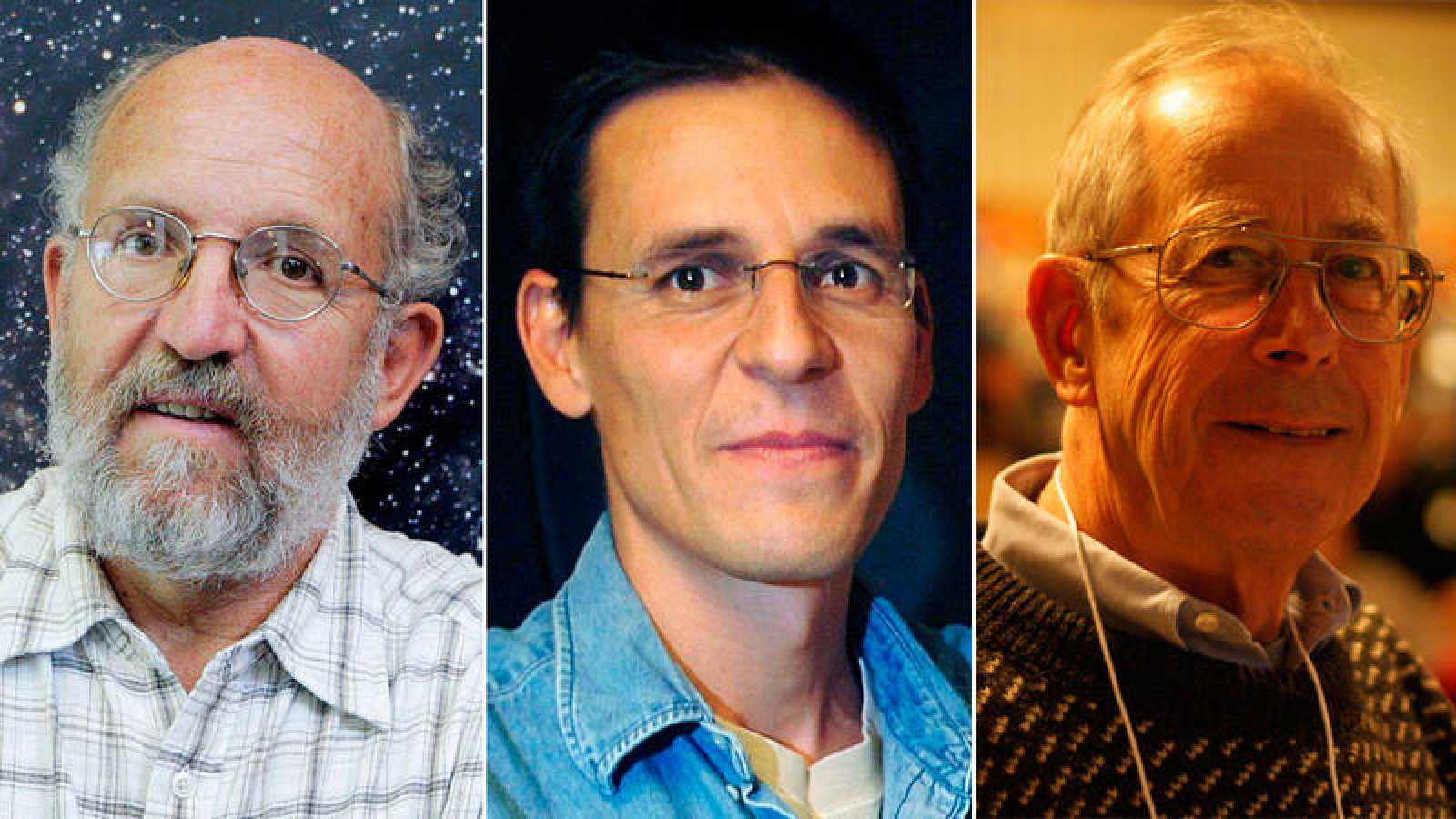 De izquierda a derecha,los astrofísicos Michel Mayor,Didier Queloz yJames Peebles.