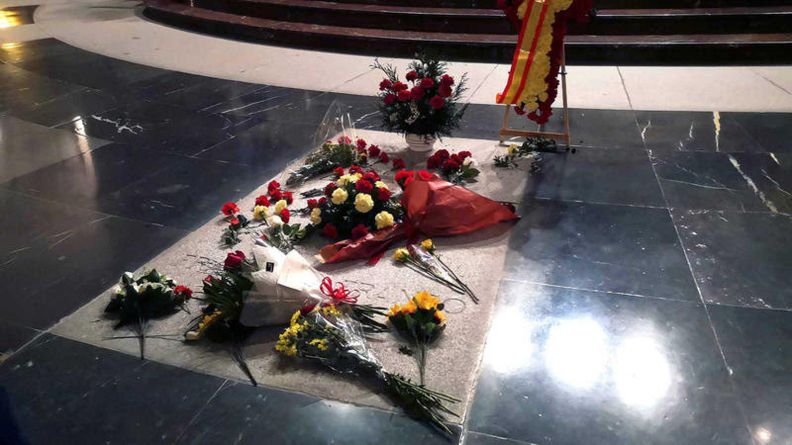 La tumba de Franco en la basílica del Valle de los caídos, llena de flores en el último aniversario de la muerte del dictador.