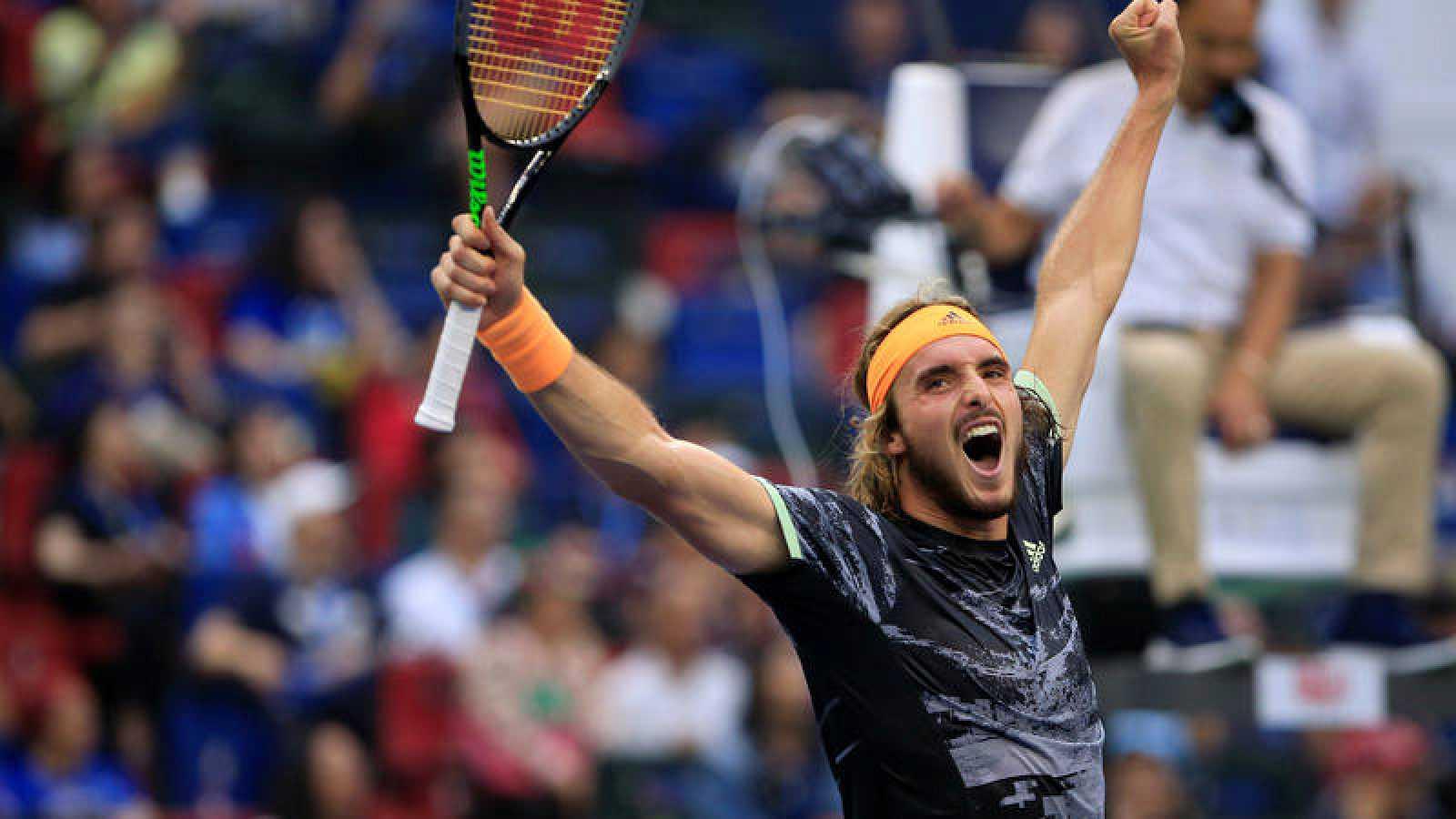 Imagen del griego Tsitsipas tras vencer a Djokovic.