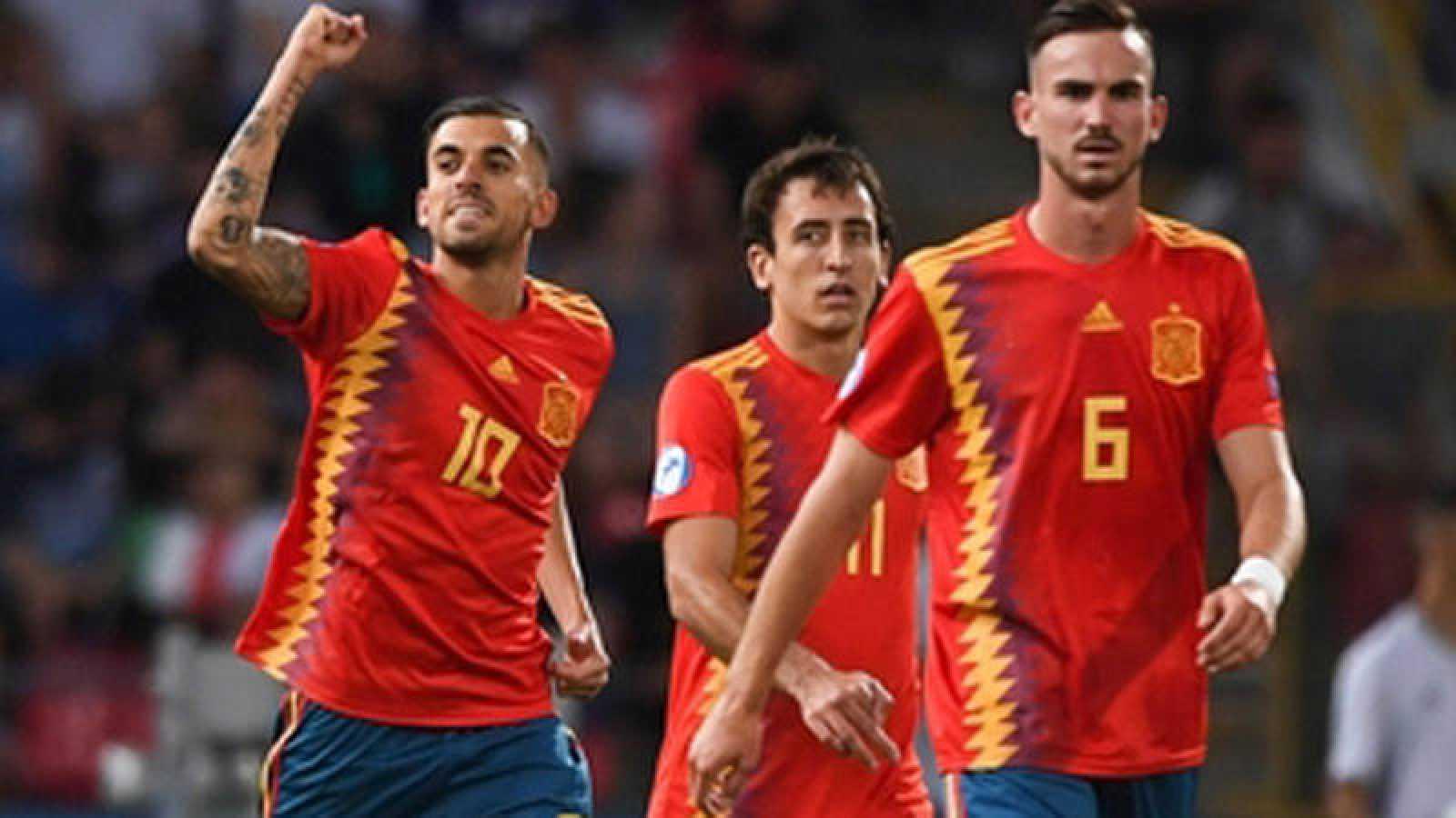 Ceballos (i), Oyarzabal (c) y Fabián (d) celebran un gol con la sub'21