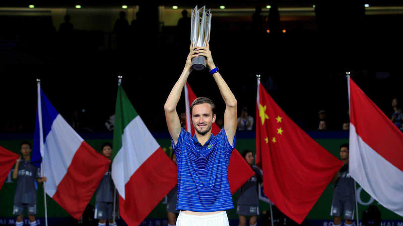 Medvedev eleva al cielo de Shanghái el trofeo