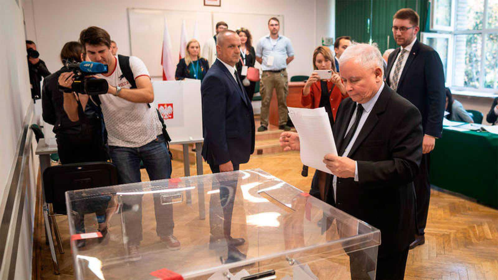 Jaroslaw Kaczynski, líder de Ley y Justicia, vota en una colegio en Varsovia