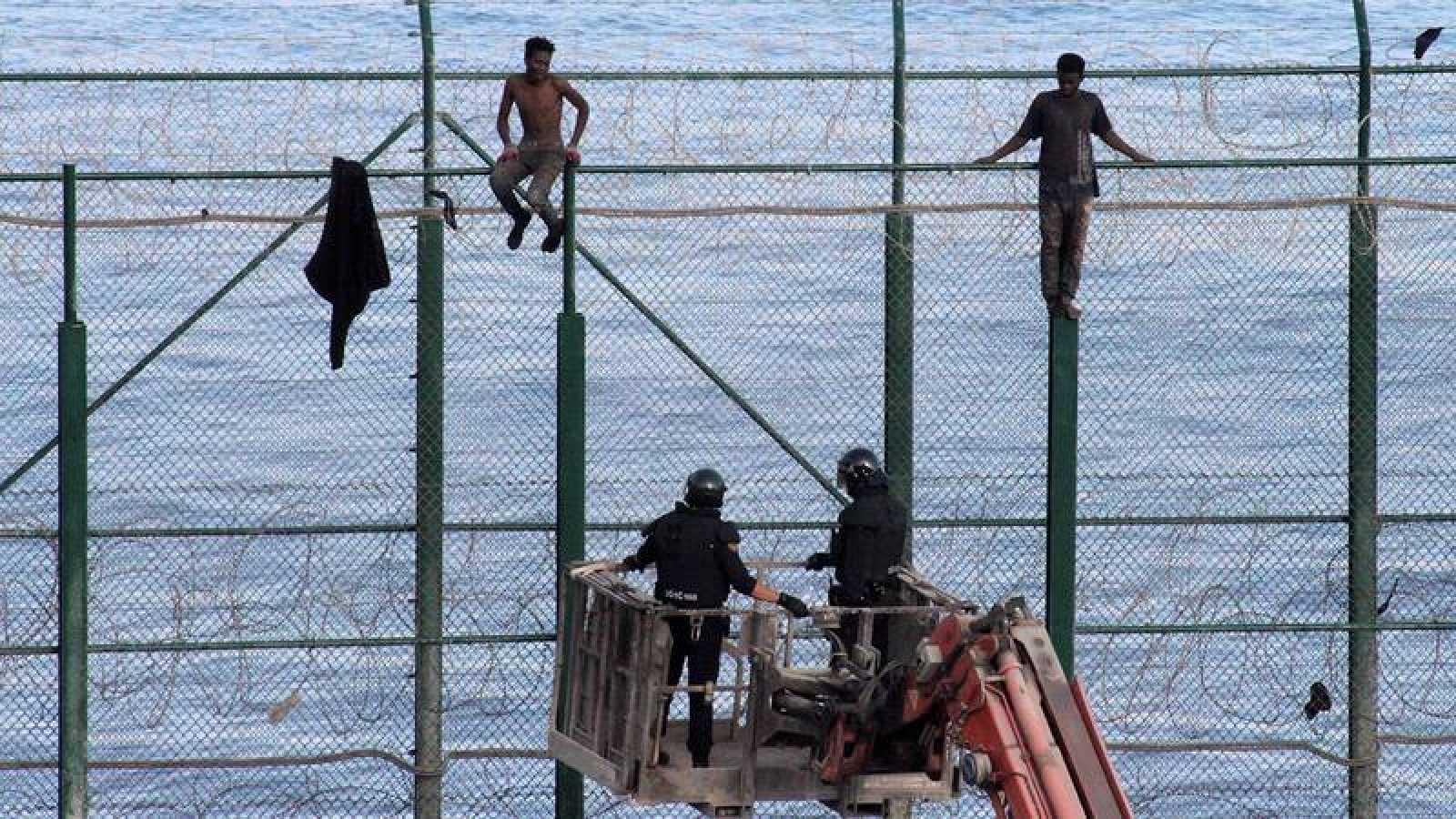 Más de un centenar de inmigrantes entran en Ceuta tras saltar la valla fronteriza