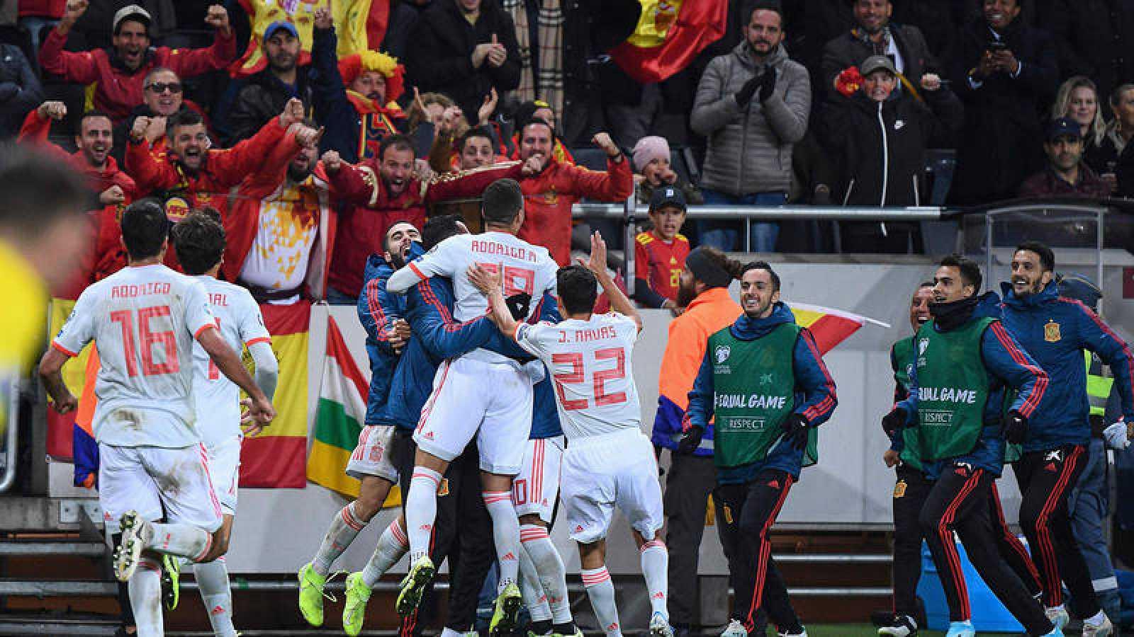 Los jugadores de la selección española celebran la clasificación después del gol de Rodrigo en Suecia.