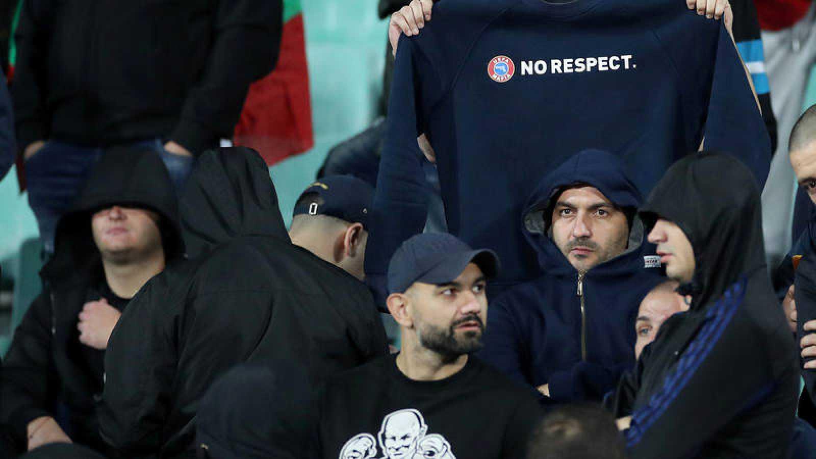 Hinchas búlgaros, durante el partido contra Inglaterra.