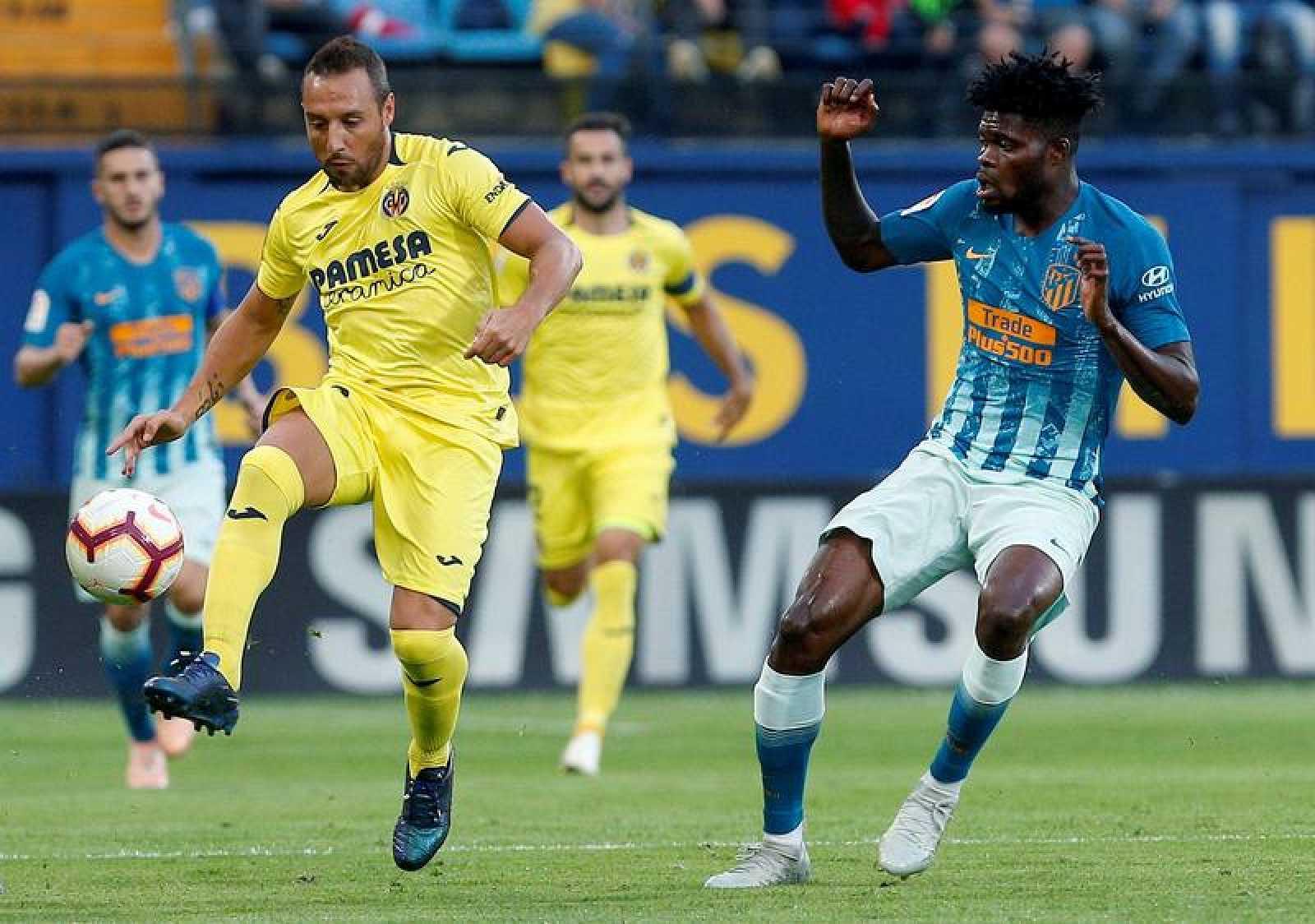 El centrocampista  del Atlético de Madrid Thomas Partey (d) presiona al del Villarreal Santi Cazorla en el partido de Liga del año pasado en el estadio de la Cerámica.