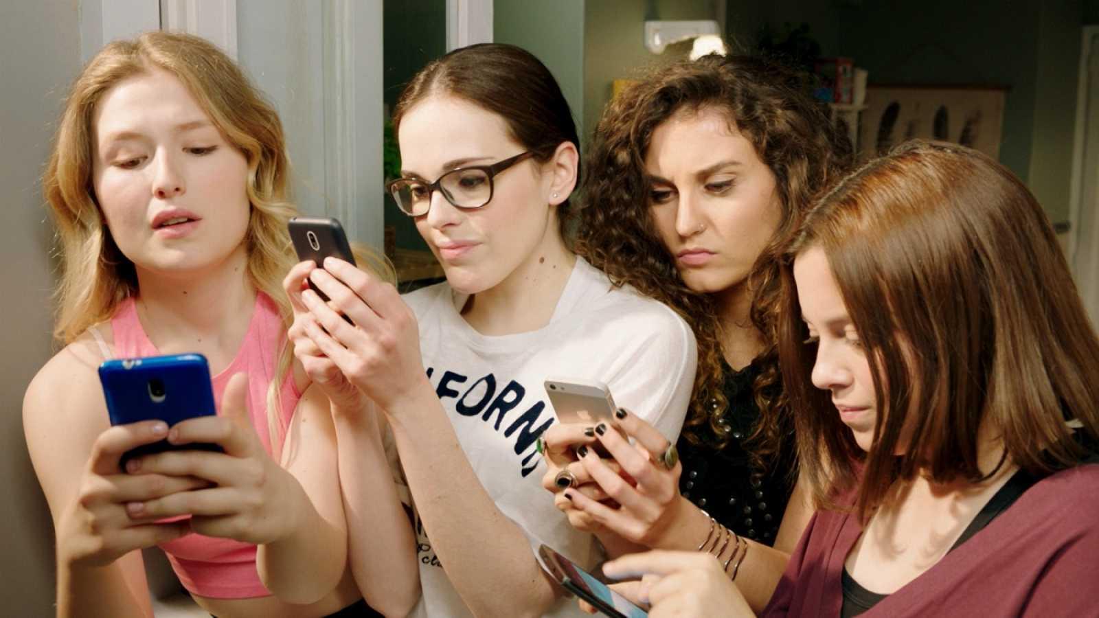 Les quatre protagonistes connectades al wifi amb el mòbil