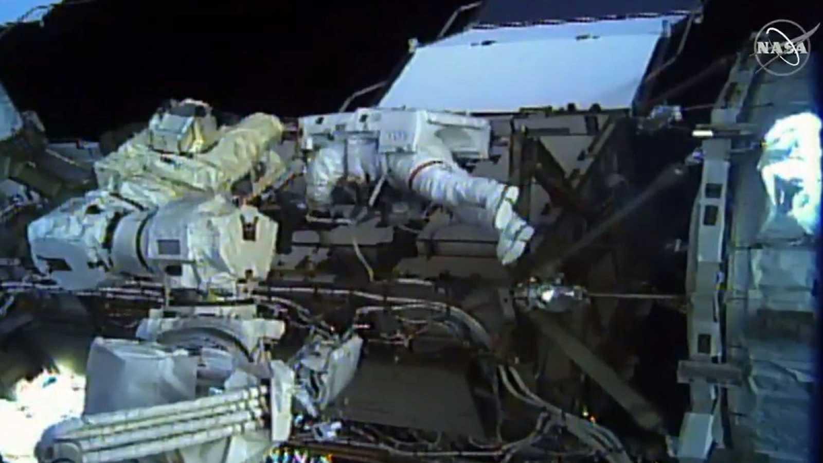 Imagen cedida por la NASA en la que se ve en primer plano a la astronautaChristina Koch, durante la caminata espacial junto aJessica Meir.
