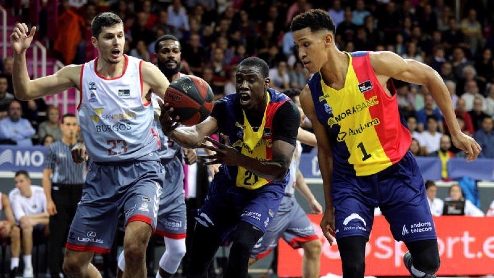 Moussa Diagne, en el centro, el más destacado de Andorra ante el Burgos.