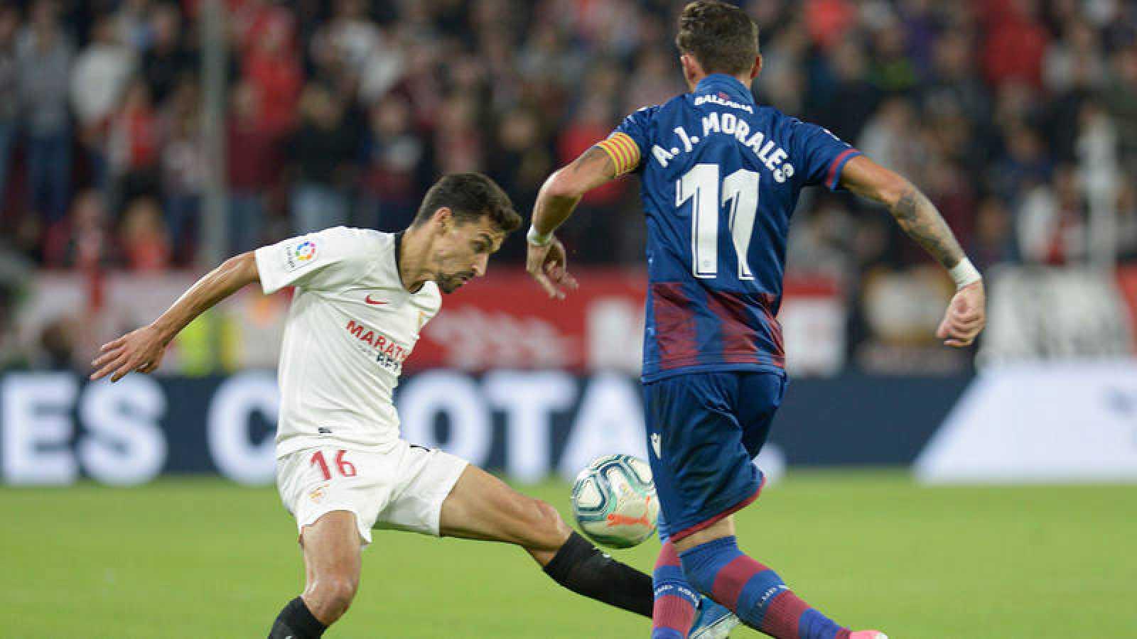 Jesús Navas, del Sevilla, pugna un balón con José Luis Morales, del Levante.