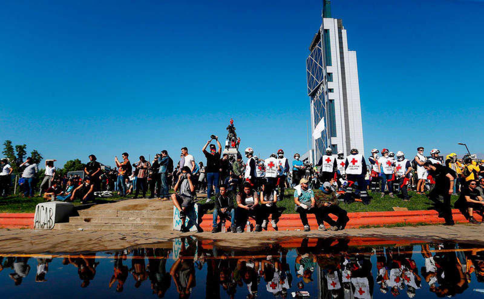 Cientos de personas se reunieron el domingo en la Plaza Italia durante otra jornada de protestas en Santiago (Chile).