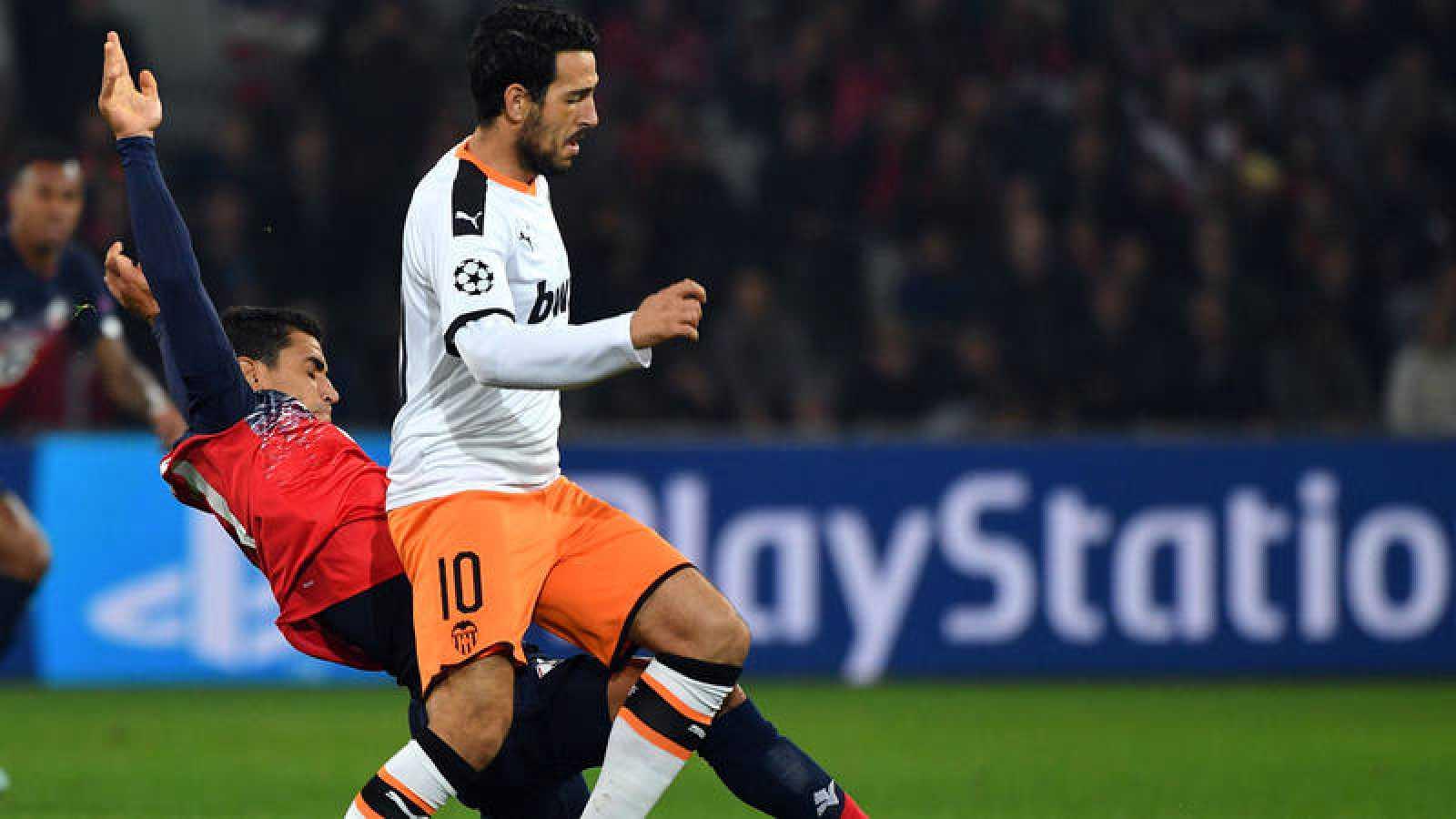 Daniel Parejo, capitán del Valencia, pugna un balón con André, del Lille.