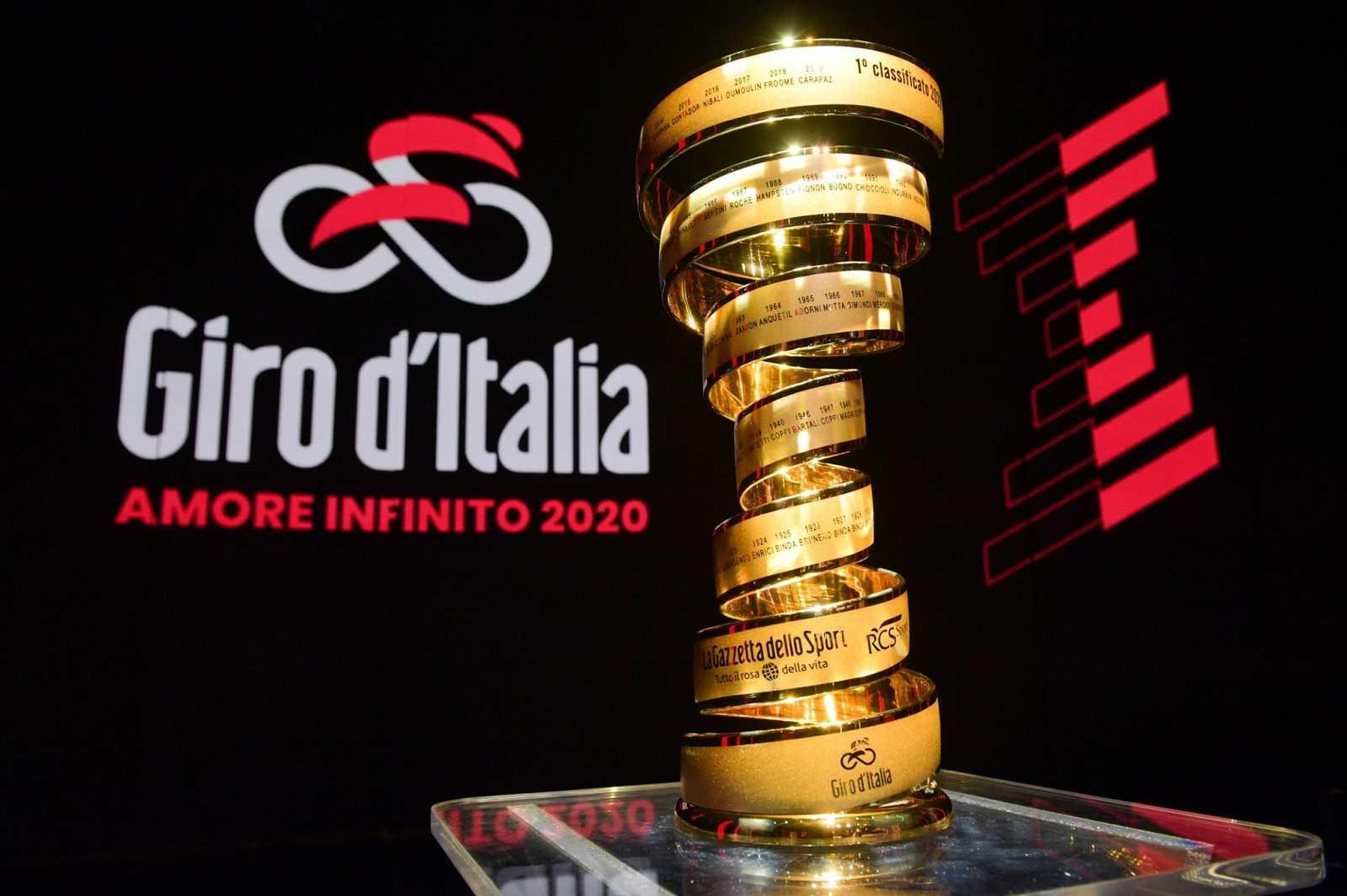 Imagen del trofeo del Giro de Italia durante la presentación de la 103ª edición.