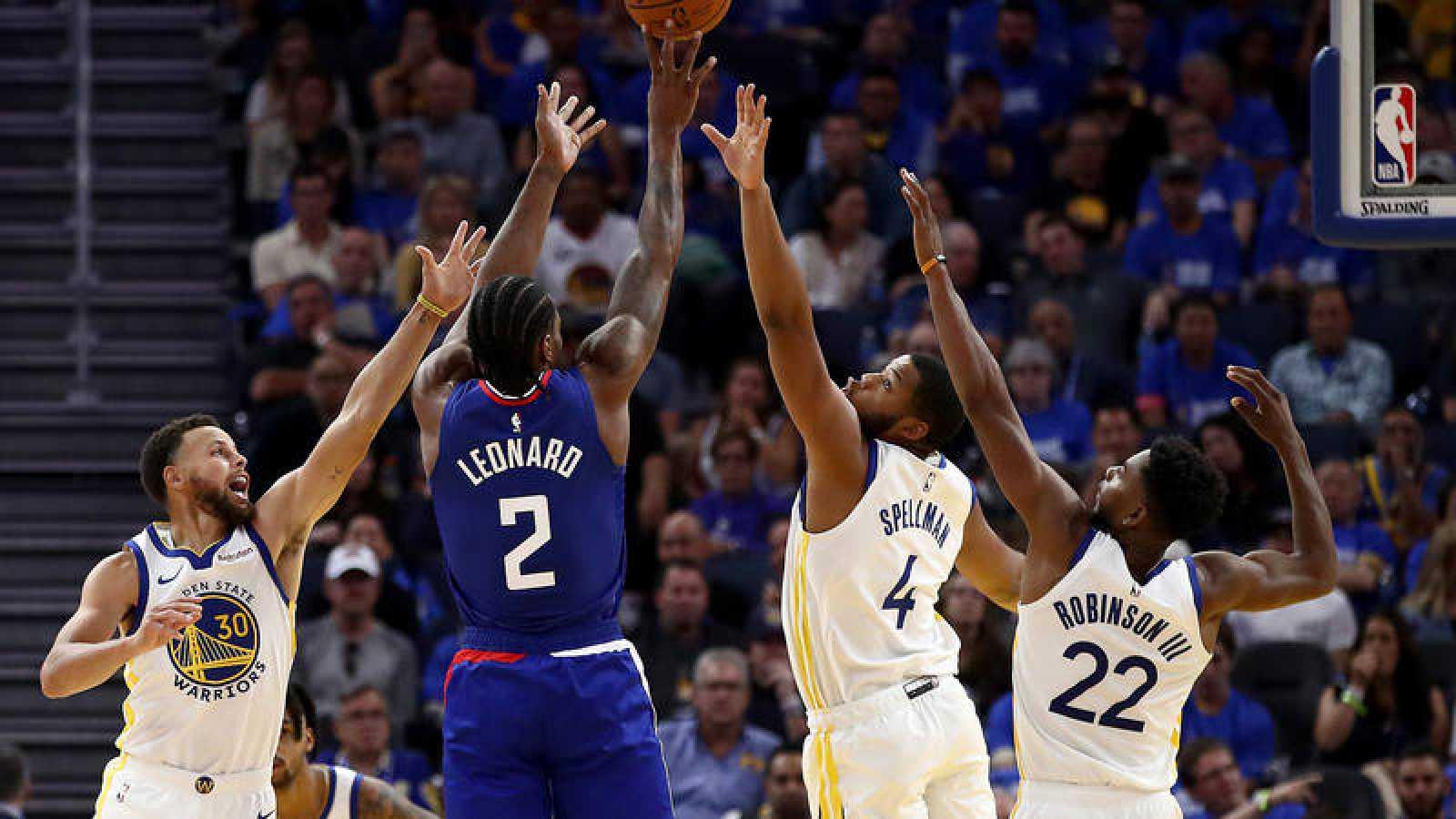 Leonard lanza a canasta ante la defensa de los Warriors.