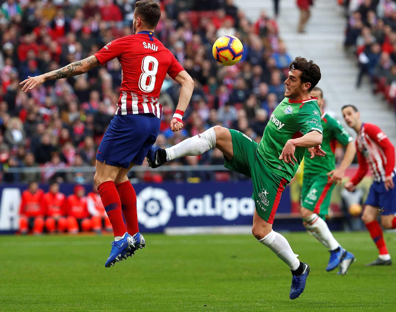 Saúl Ñiguez (i) e Ibai Gómez durante el último duelo Atlético-Athletic en el Wanda Metropolitano.