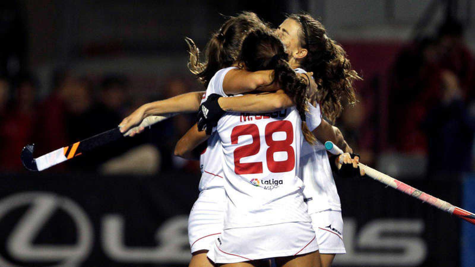 Las jugadoras de la selección española celebran el primer gol