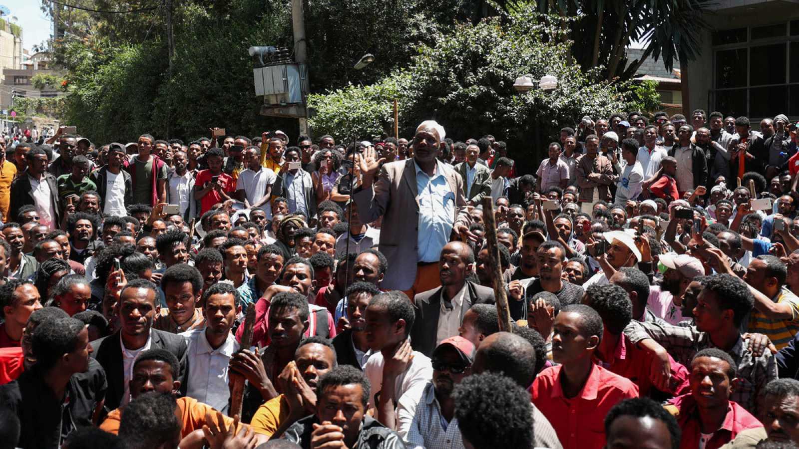 Decenas de personas concentradas frente a la casa del activista Jawar Mohammed