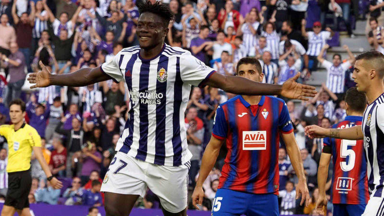 El defensa del Valladolid Mahoammed Salisu celebra el gol marcado ante el Eibar, el segundo del equipo.