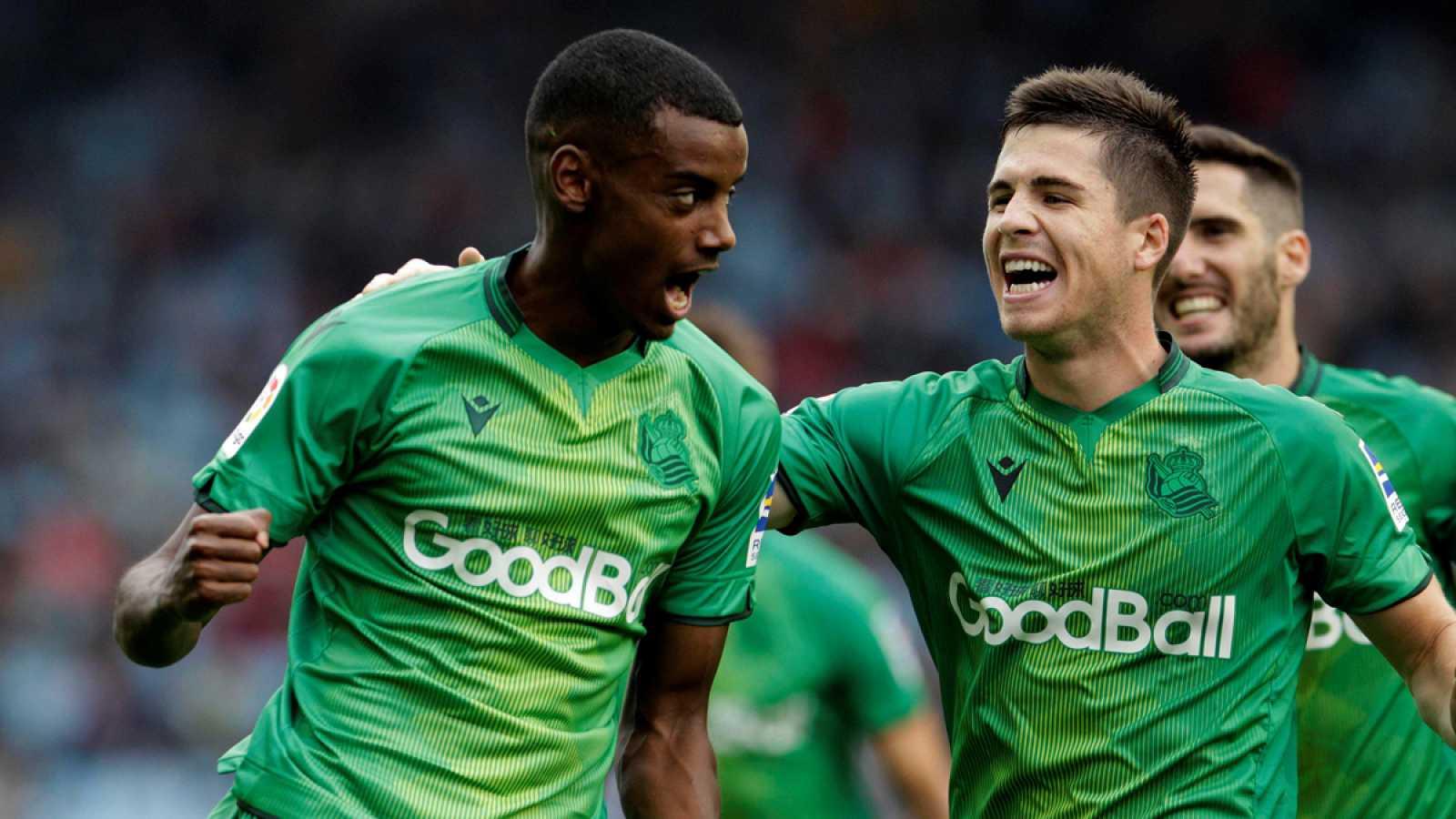 Alexander Isak (i) celebra con sus compañeros el gol