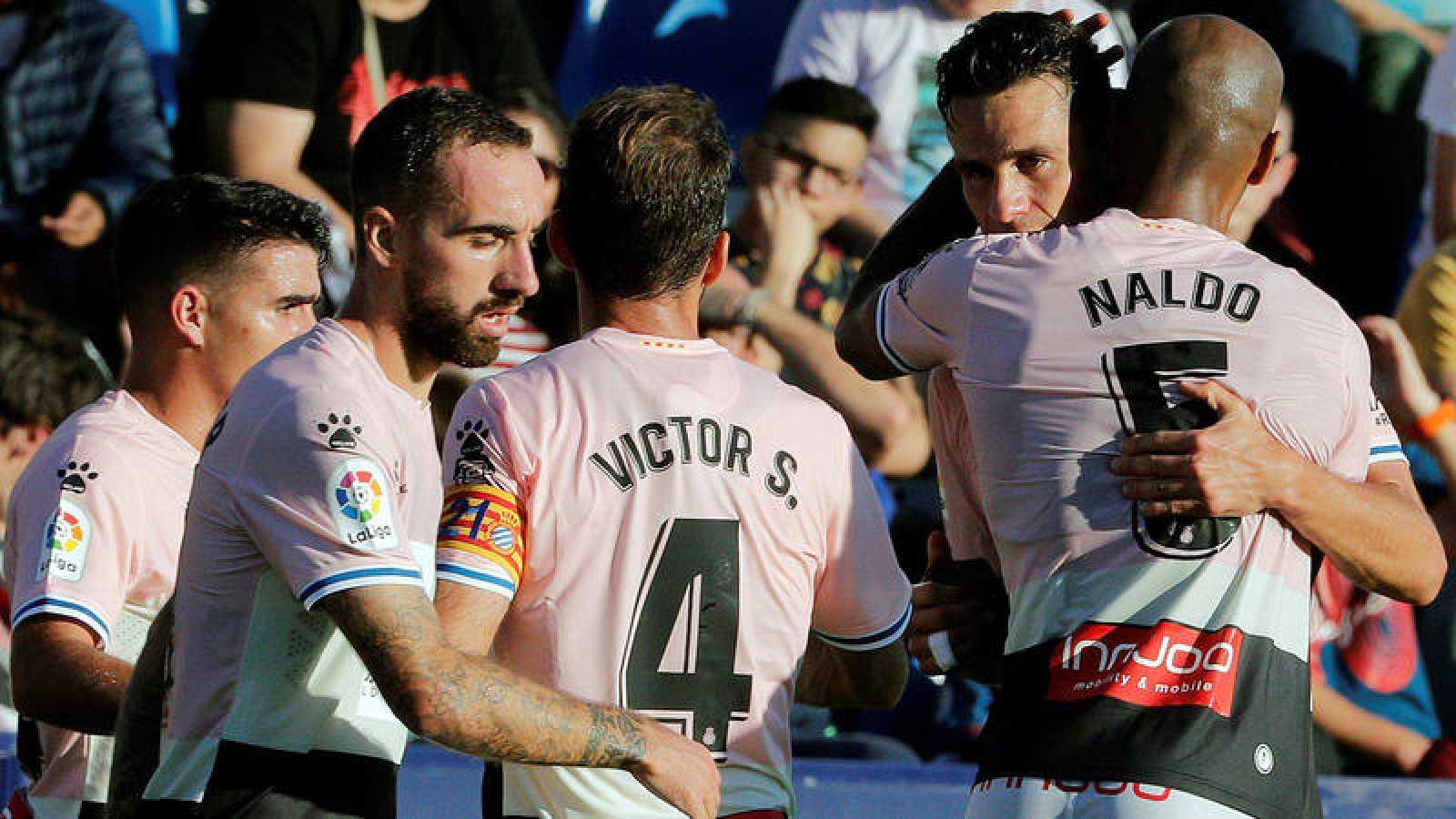 Los jugadores del RCD Espanyol celebran el gol del colombiano Bernardo Espinoza.