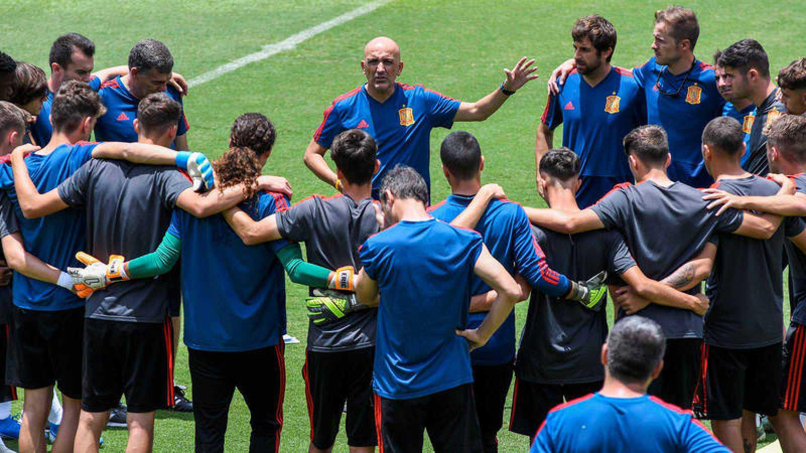El entrenador de la selección española, David Gordo, habla con sus jugadores durante un entrenamiento de cara al Mundial Sub'17.