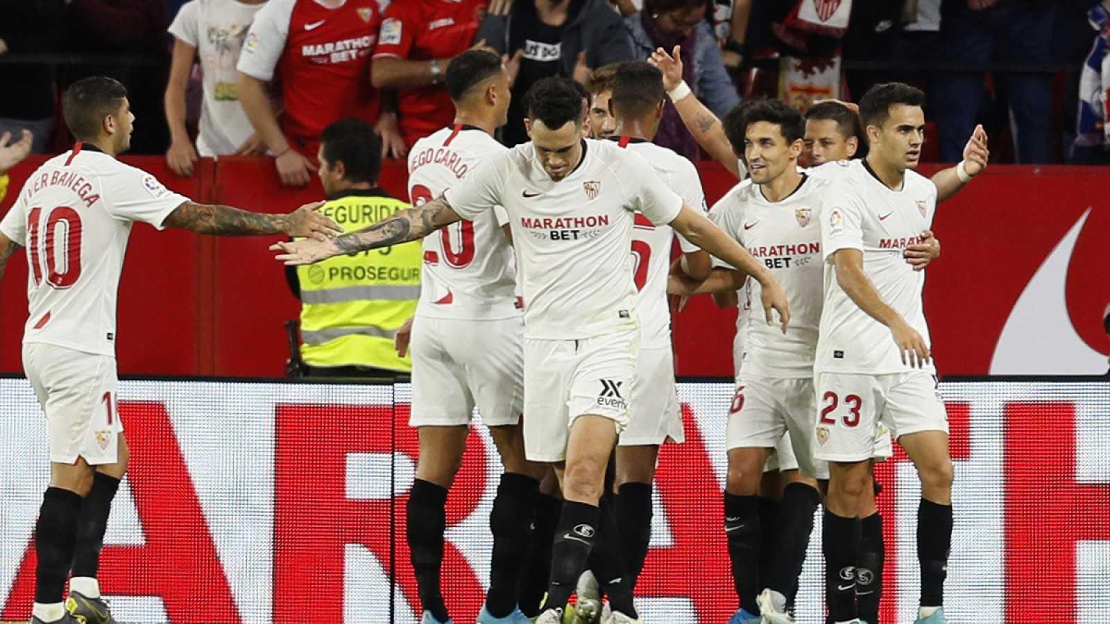 Los jugadores del Sevilla celebran el gol de Javier 'Chicharito' Hernández ante el Getafe.