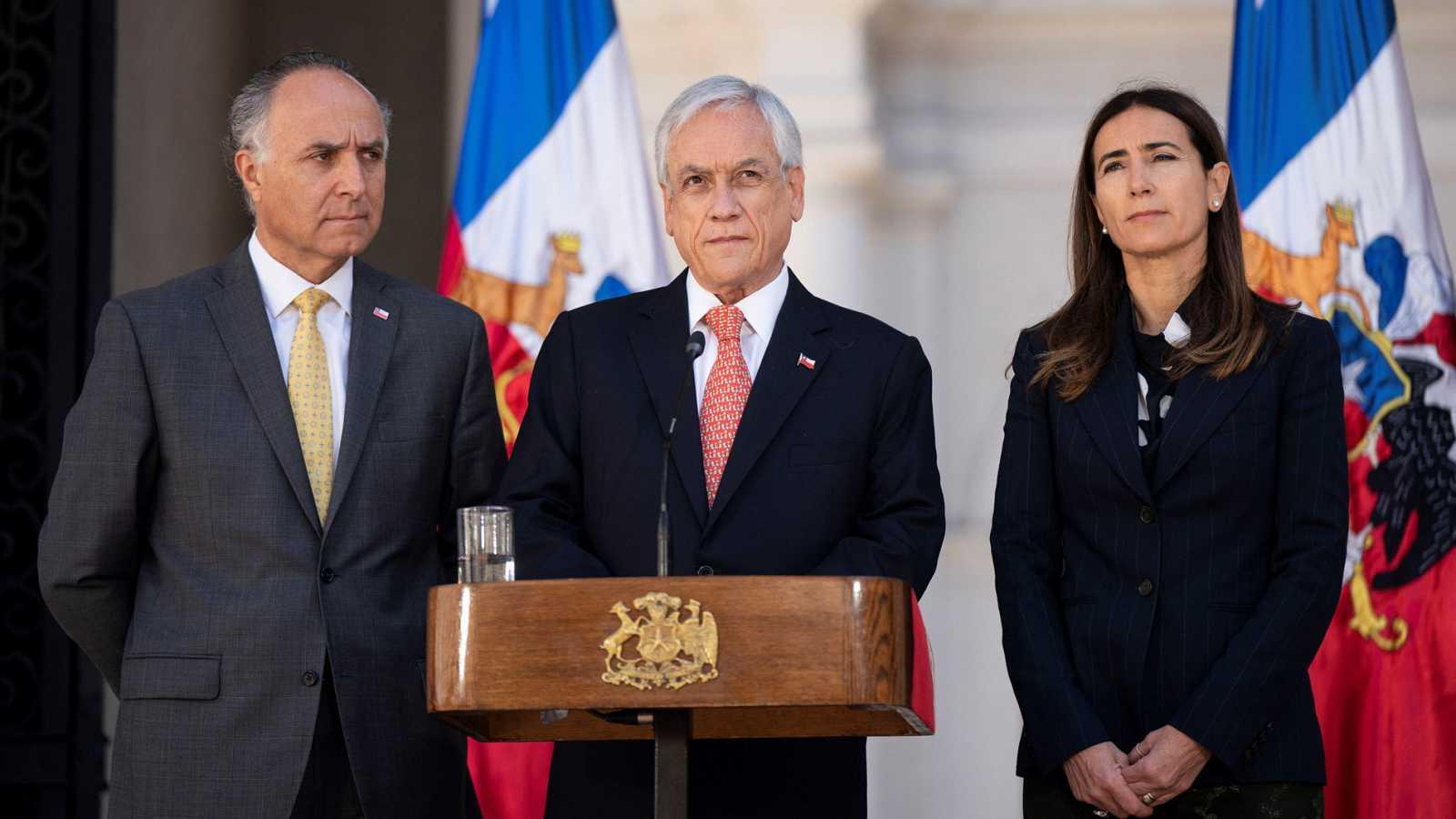 Fotografía cedida por la Presidencia de Chile que muestra al presidente Sebastián Piñera en el centro, acompañado de la ministra de Medio Ambiente, Carolina Schmidt, y el ministro de Exteriores, Teodoro Ribera