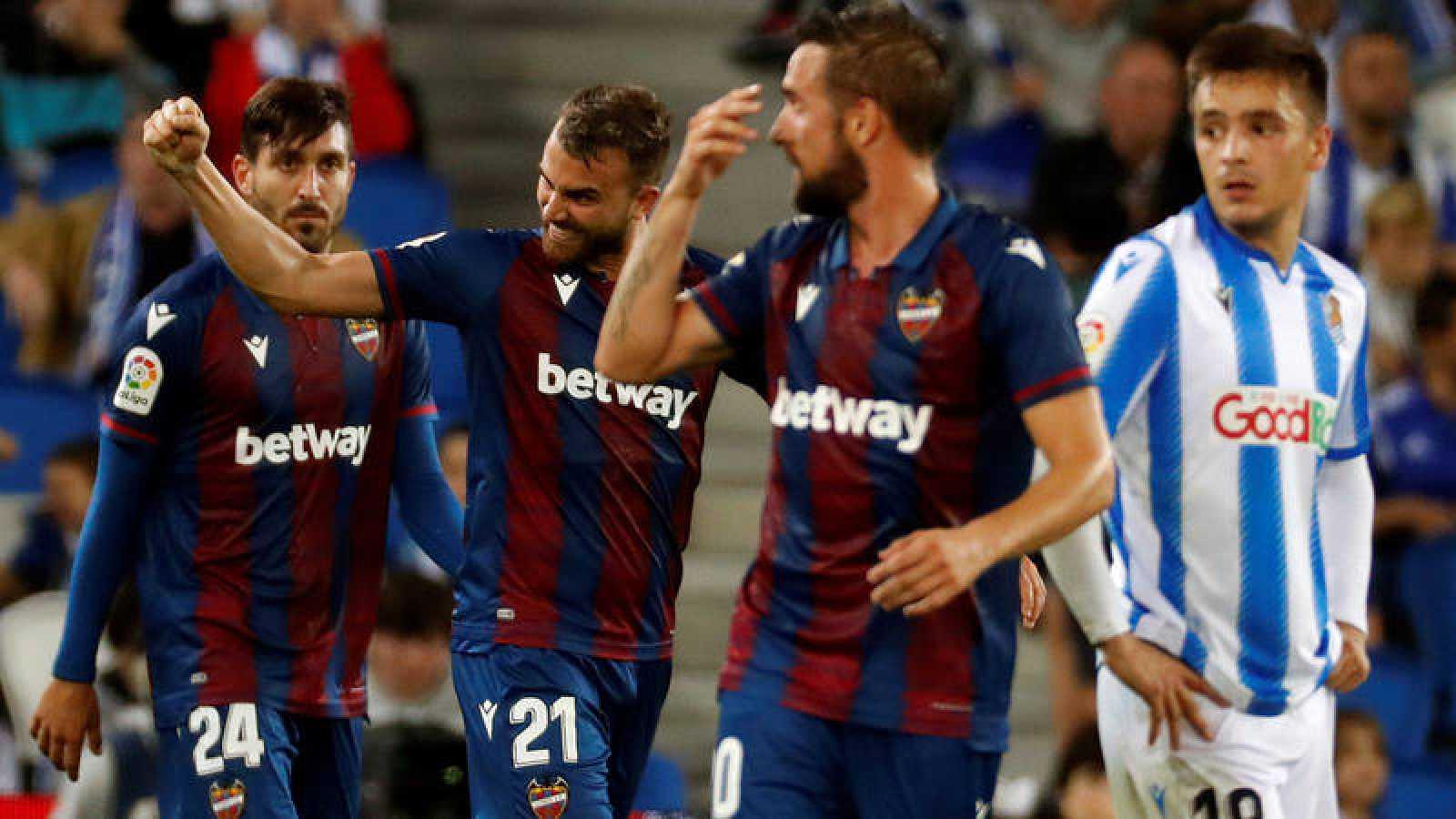 Los jugadores del Levante celebran el segundo gol conseguido por Borja Mayoral ante la Real Sociedad.