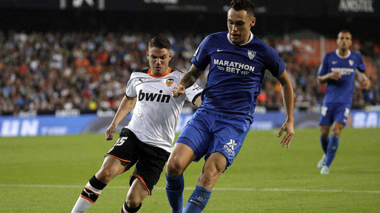 El delantero del Valencia CF Manu Vallejo disputa un bal'pn con Lucas Ocampos.