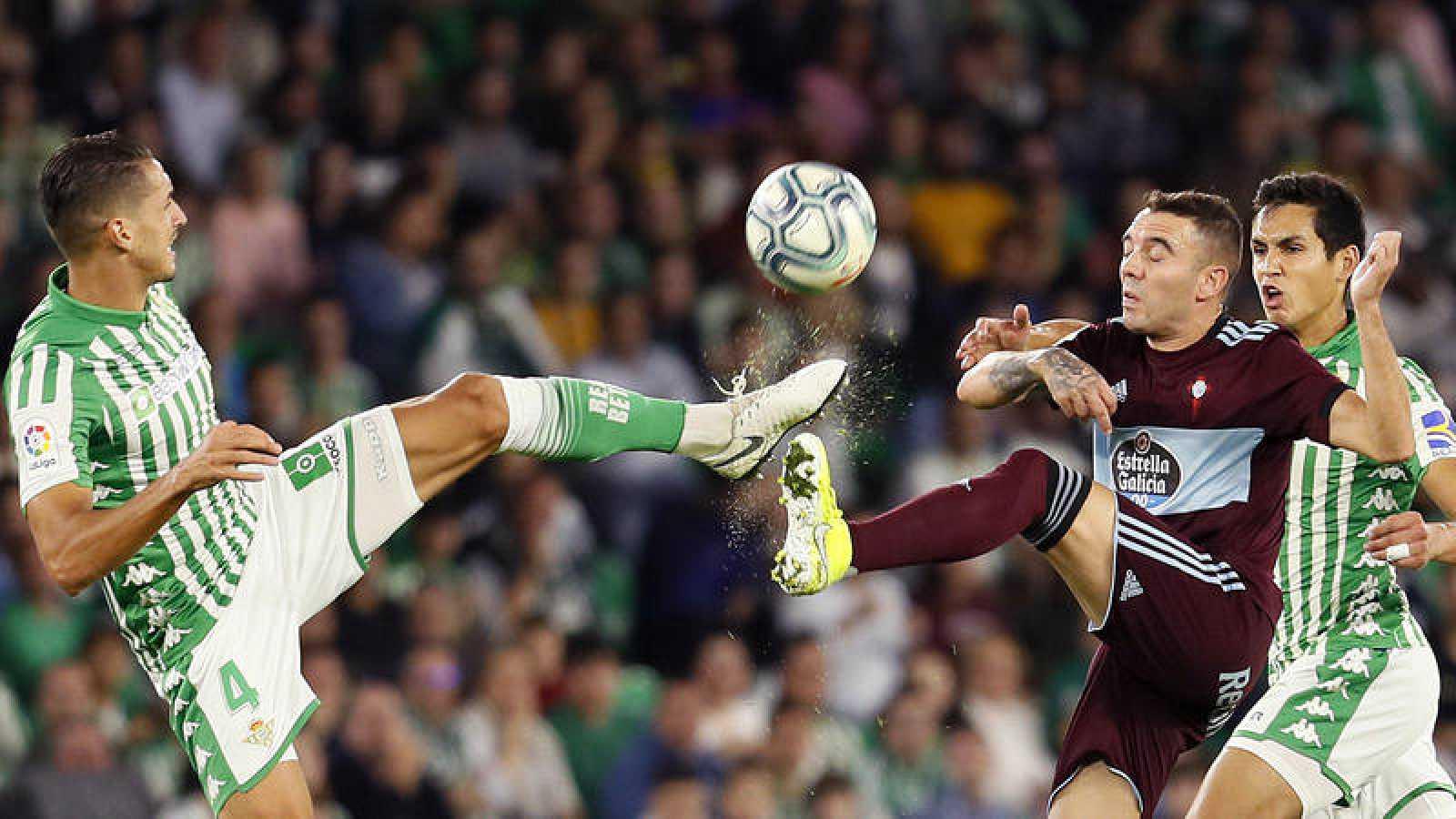 El delantero del Celta Iago Aspas y el defensa del Betis Zouhair Feddal.