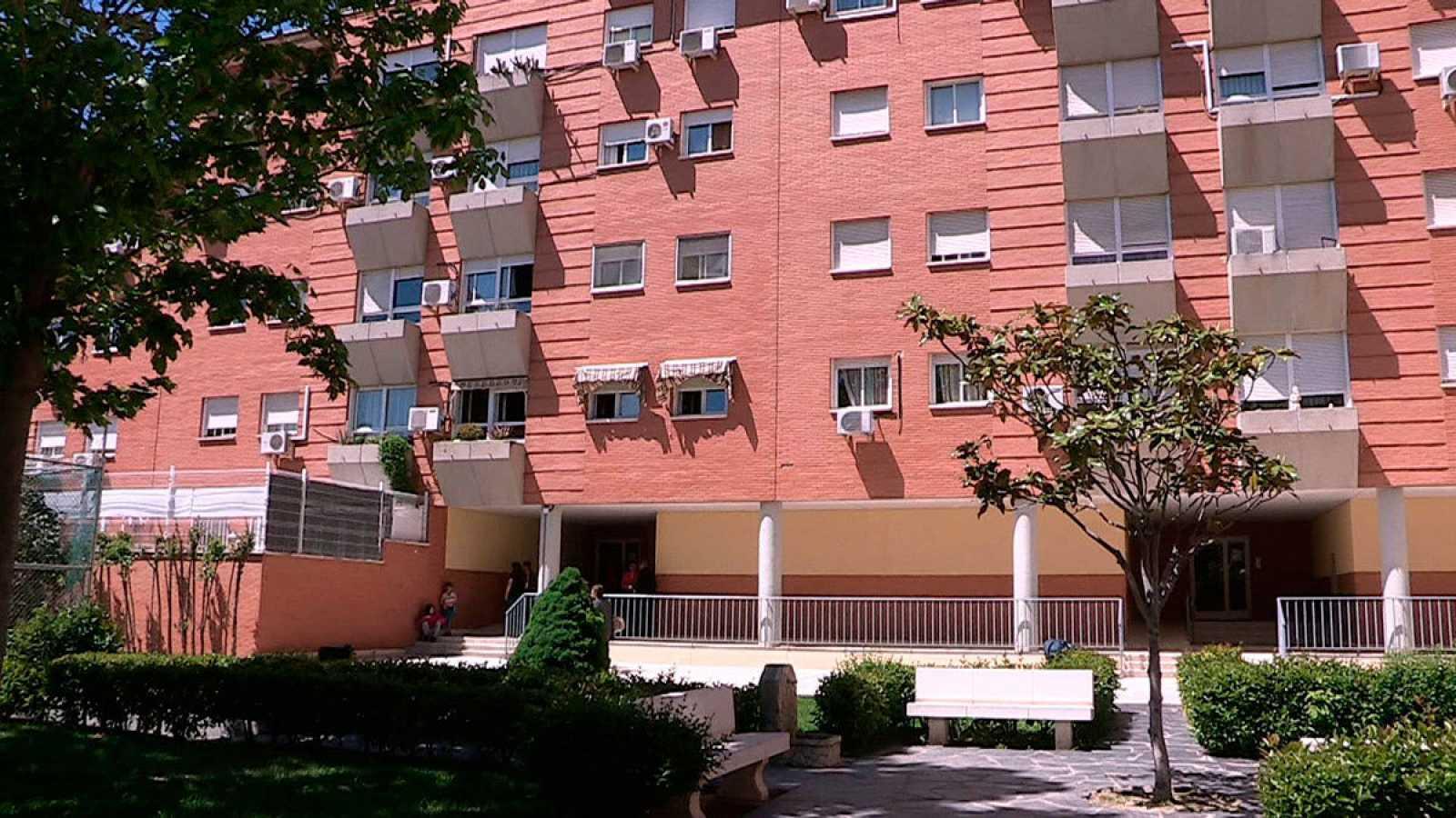 Vista del edificio en Parla donde se ubica la vivienda en la que se halló el cadáver de la mujer asesinada