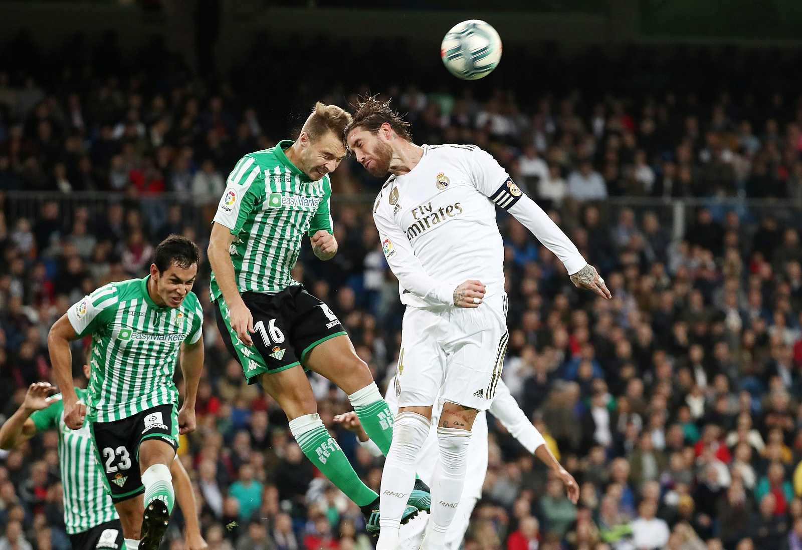 El bético Loren y el madridista Sergio Ramos tratan de cabecear el balón durante el partido.