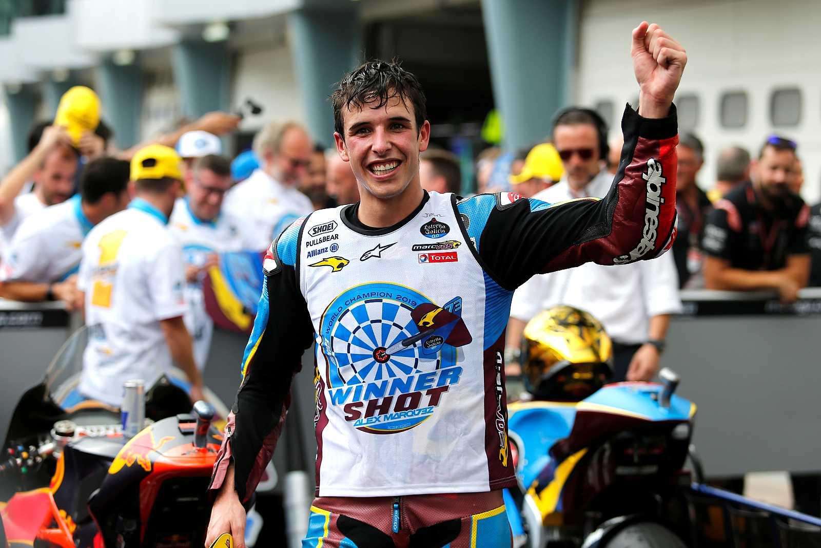El piloto español Alex Márquez celebra su campeonato del mundo de Moto2.