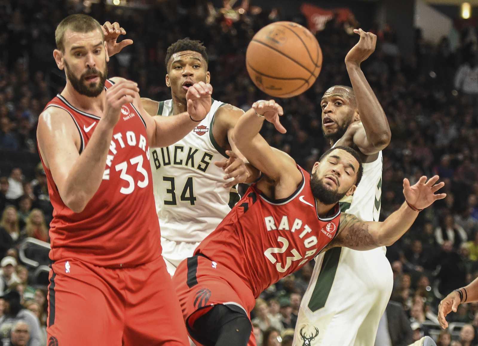 Marc Gasol trata de capturar el balón durante el duelo entre Raptors y Bucks.