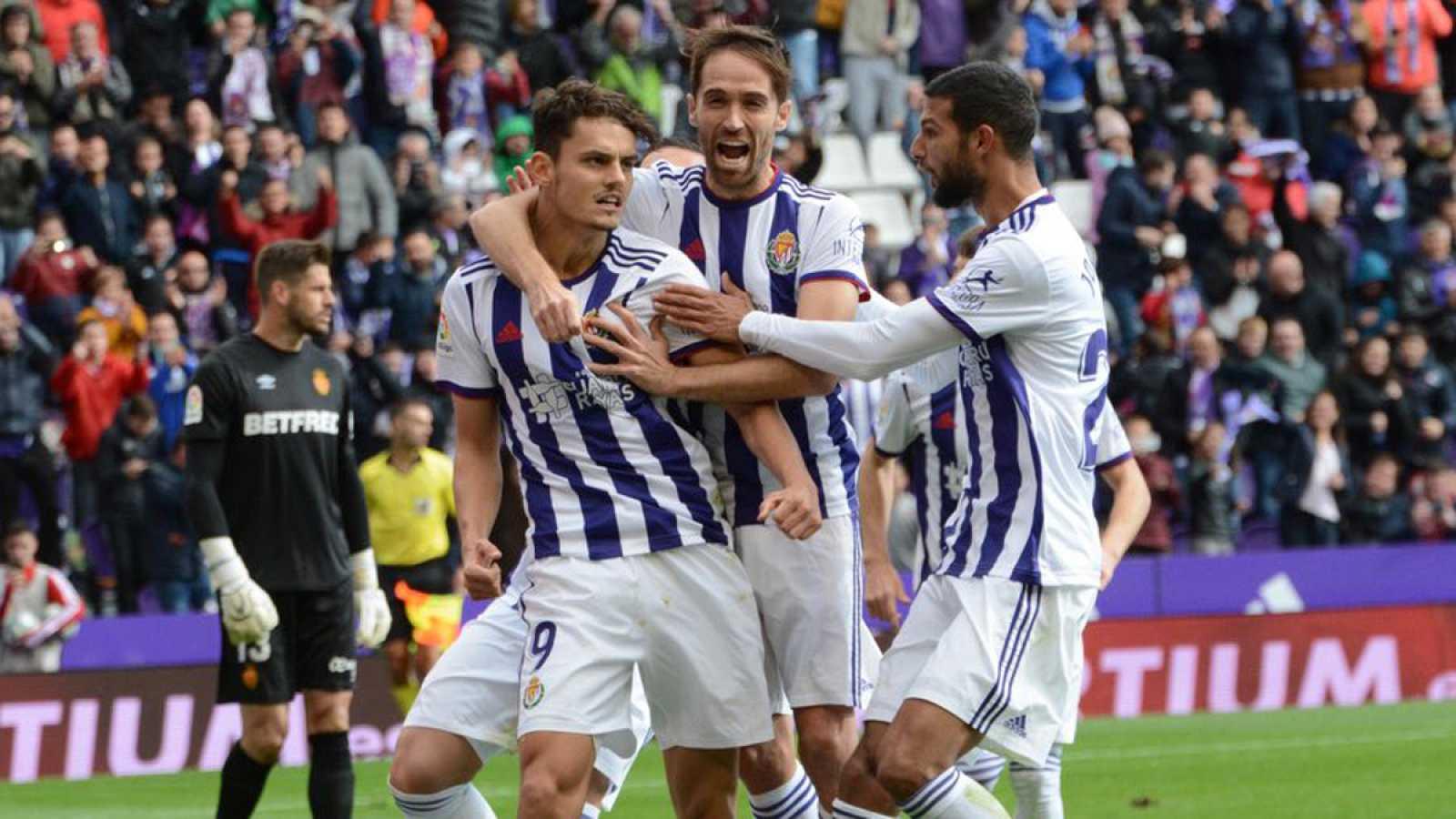 Jugadores del Valladolid celebran el tanto de Enes Ünal