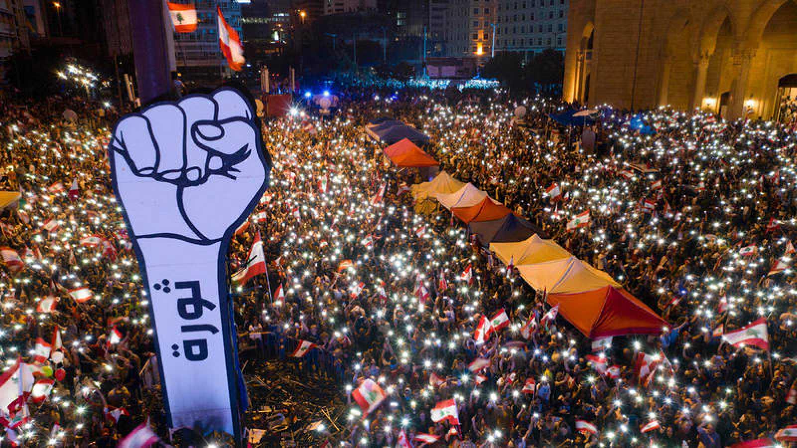 Los manifestantes abarrotan la Plaza de los Mártires en Beirut
