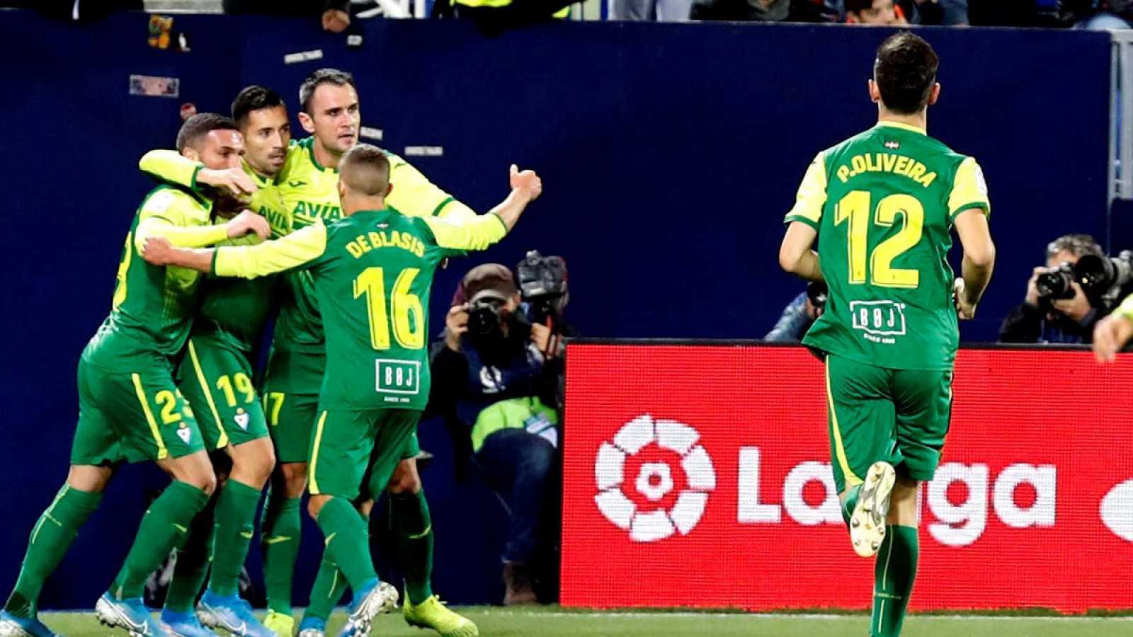 Los jugadores del Eibar celebran el gol del delantero brasileño Charles Dias