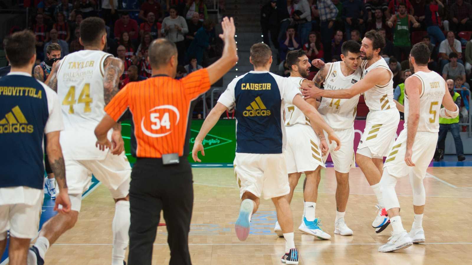 Los jugadores del Madrid celebran la victoria sobre el Baskonia.