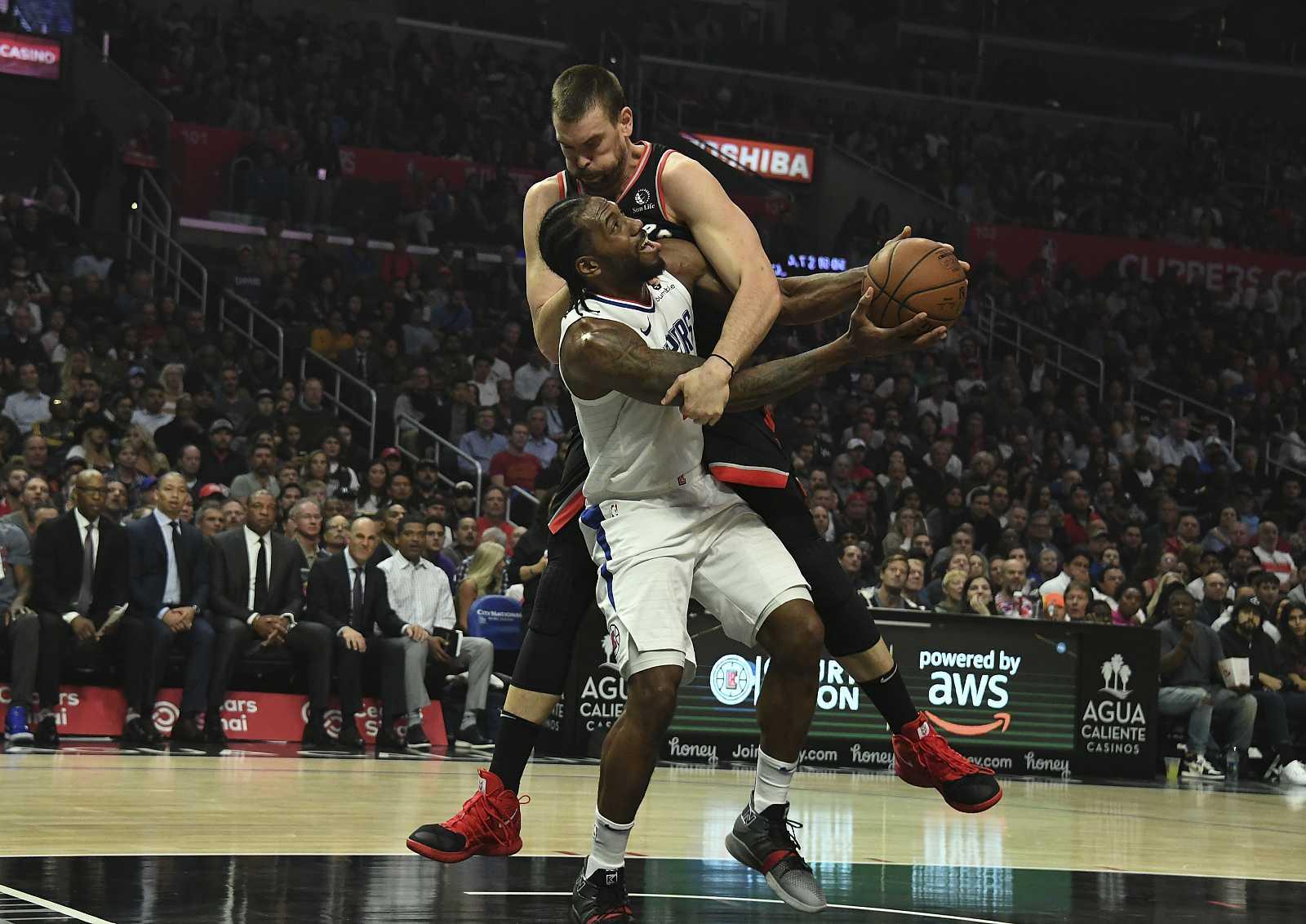 Marc Gasol trata de defender al jugador de los Clippers Kawhi Leonard.