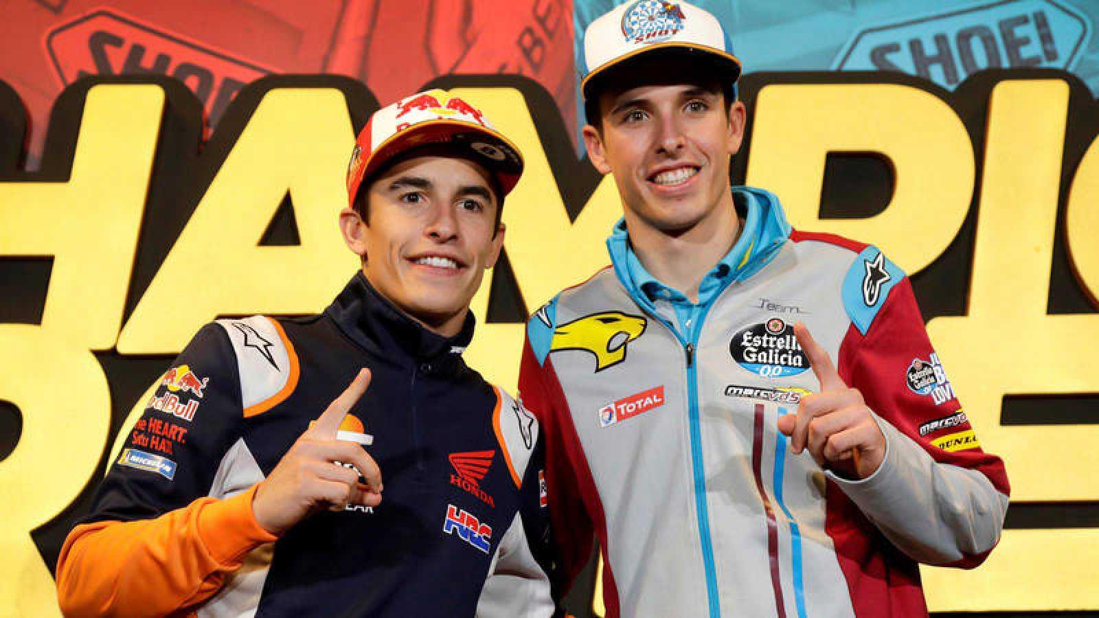 Los hermanos Marc y Álex Márquez, durante la fiesta por sus mundiales en Cervera.