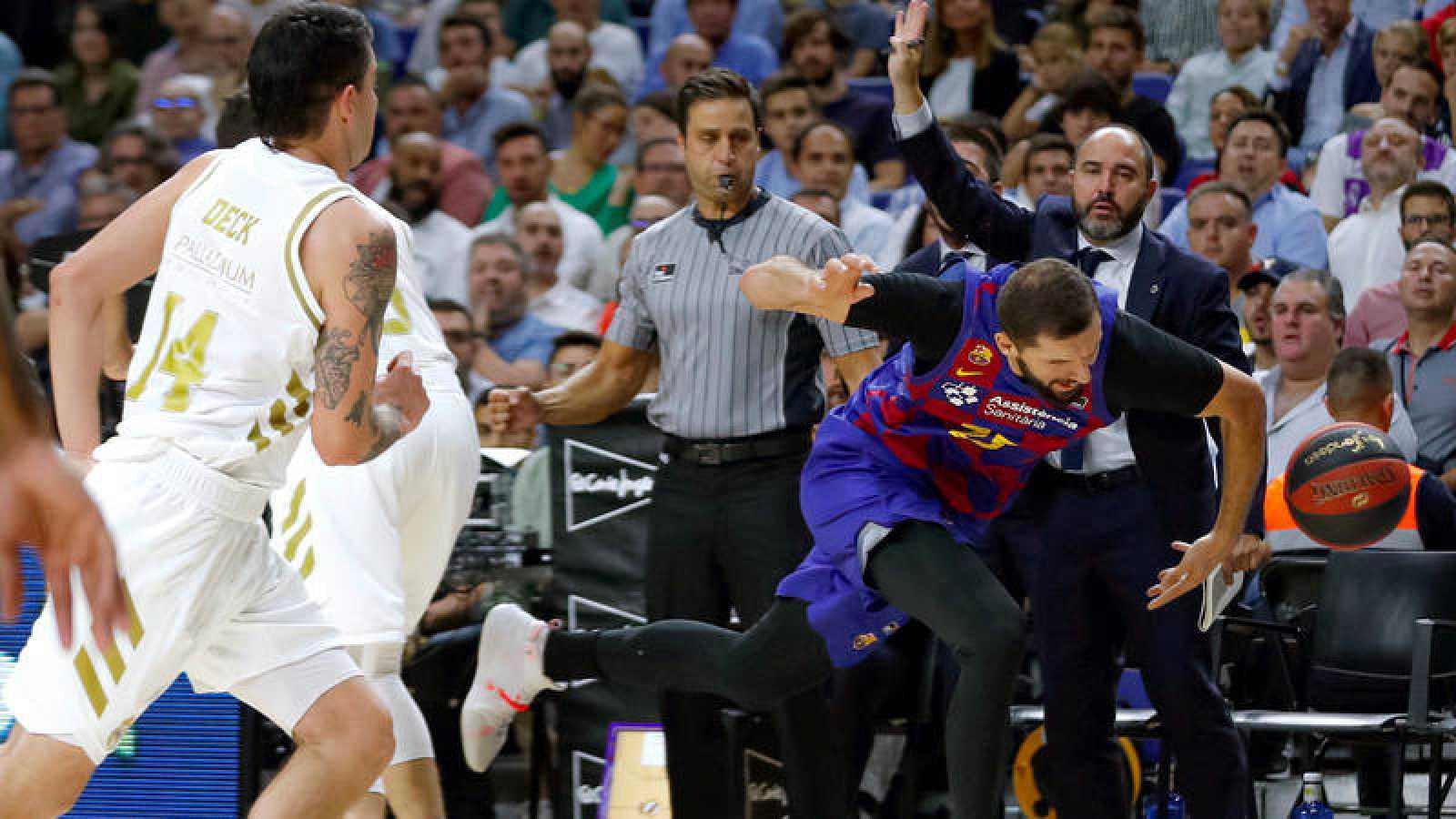 El argentino Gaby Deck, del Madrid, marca a Nikola Mirotic, del Barça.