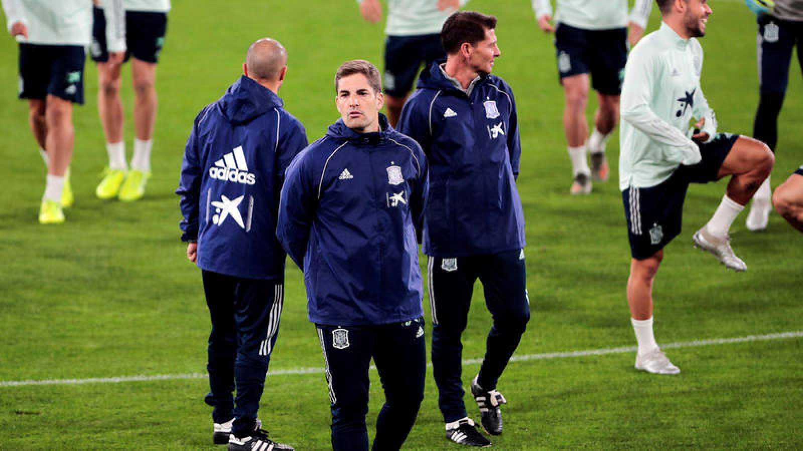 El seleccionador de España, Robert Moreno (c), durante el entrenamiento en el Estadio Carranza.