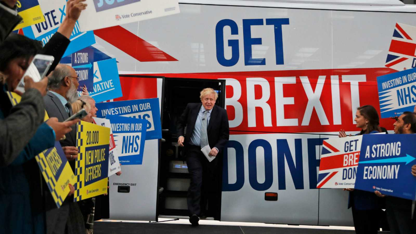Boris Johnson presenta su autobús de campaña para consumar el 'Brexit'