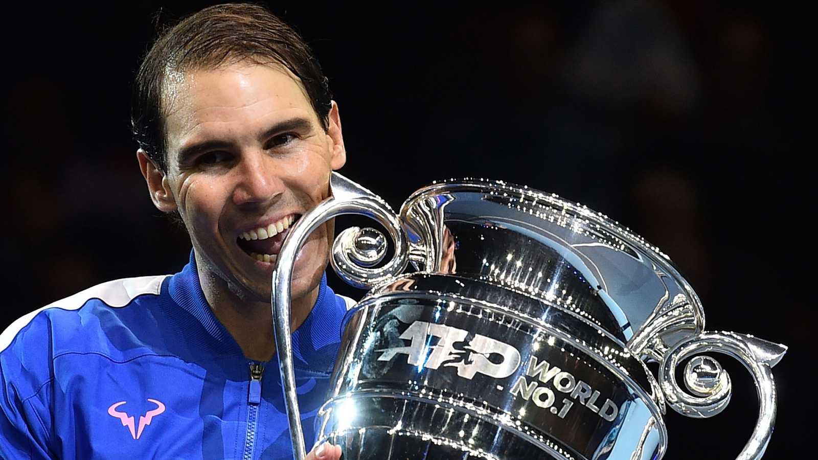 Nadal, con el trofeo que le acredita que acabará 2019 como nº1 del ránking ATP