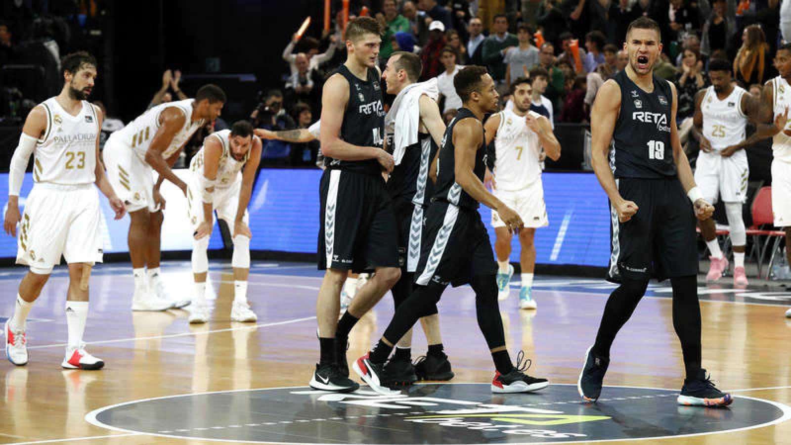 Los jugadores del Bilbao Basket, celebran la victoria frente a los jugadores del Real Madrid.