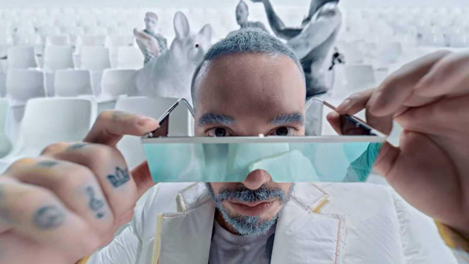 """J Balvin durante el videoclip de """"Blanco"""", su nuevo single"""