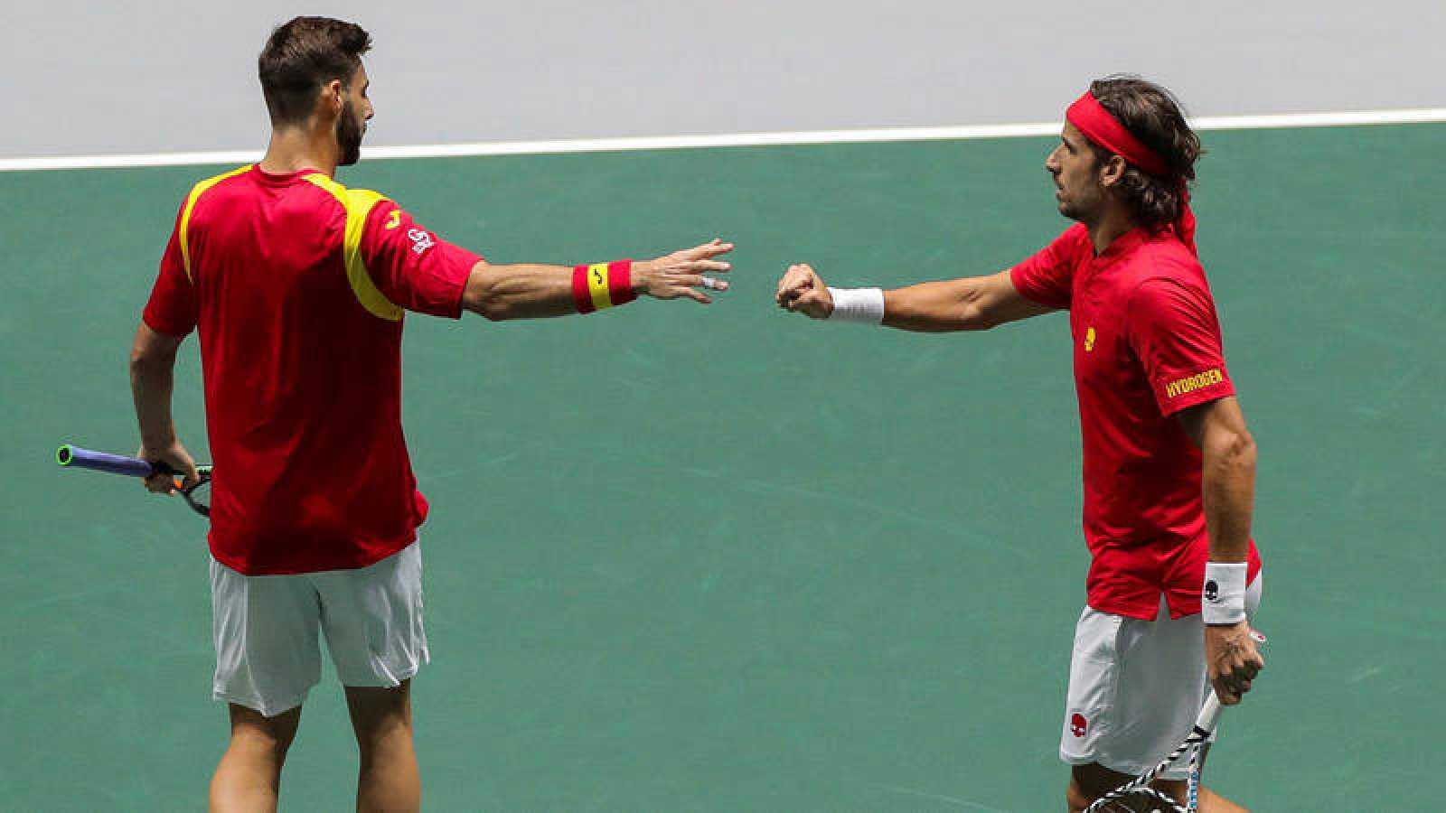 Los tenistas españoles Marcel Granollers (i) y Feliciano López celebran un punto en el partido de dobles contra los rusos Karen Khachanov y Andrey Rublev.